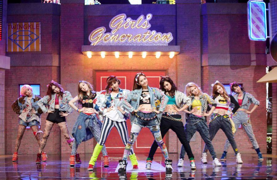 Girls' Generation dancing to their song