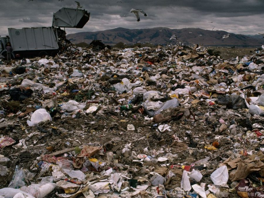 Landfill+collecting+garbage%2C+polluting+the+area+around+it.
